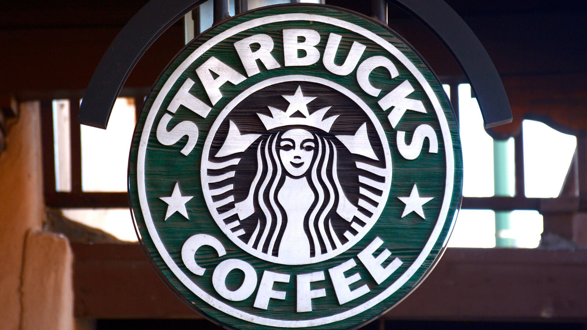 The US government is considering boosting it's development of 5G: Starbucks starting to boycott ads on social networks.